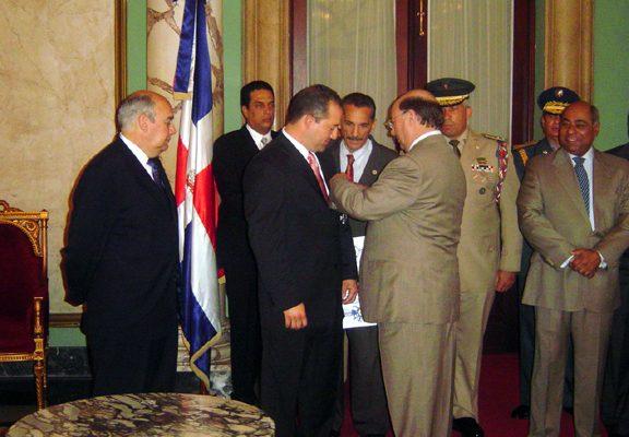president-mejia-puts-medal-on-willie_13885062333_o